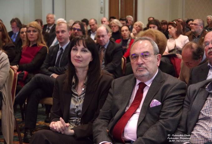 Η Αν. Υπουργός Τουρισμού κα. Ελ. Κουντουρά και ο Γ.Γ . της FEDHATTA , κ. Σ. Σκρέτας παρακολουθούν την παρουσίαση του Δώδεκα