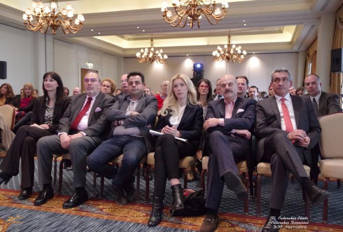 Η Αν. Υπουργός Τουρισμού κα. Ελ. Κουντουρά, ο Γ.Γ. της FEDHATTA , κ. Σ. Σκρέτας, ο Βουλευτής Δωδεκανήσου και Επικεφαλής του Τομέα Ανάπτυξης, Τουρισμού και ΕΣΠΑ της Κ.Ο. του ΣΥΡΙΖΑ κ. Ν. Σαντορινιός, η Βουλευτής Σερρών και Υπεύθυνη του Τομέα Τουρισμού της Νέας Δημοκρατίας, κα. Φ. Αραμπατζή, ο Πρόεδρος της FEDHATTA , κ. Λ. Τσιλίδης και ο . Γ. Χατζημάρκος, Περιφερειάρχης Ν. Αιγαίου, παρακολουθούν την παρουσίαση του Δώδεκα.