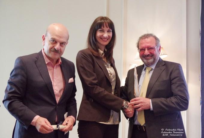 Η Αν. Υπουργός Τουρισμού κα. Ελ. Κουντουρά και ο Πρόεδρος της FEDHATTA , κ. Λ. Τσιλίδης, παραδίδουν βραβείο στον Πρόεδρο της ΑΒΤΑ, Mr. Noel Josephides