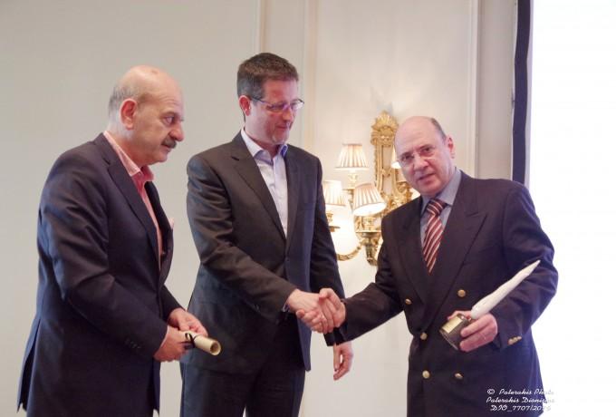 Ο ΓΓ Τουριστικής Πολιτικής και Ανάπτυξης, κ. Γ. Τζιάλλας και ο Πρόεδρος της FEDHATTA , κ. Λ. Τσιλίδης παραδίδουν βραβείο στον κ. Αδ. Πειθή για λογαριασμό του κ. Δ. Πειθή