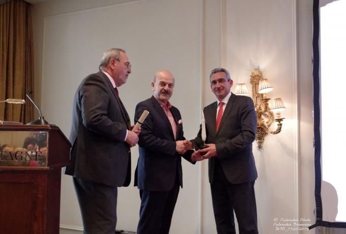 O κ. Γ. Χατζημάρκος, Περιφερειάρχης Νοτίου Αιγαίου παραλαμβάνει το βραβείο από τον Πρόεδρο και τον Γενικό Γραμματέα της FEDHATTA