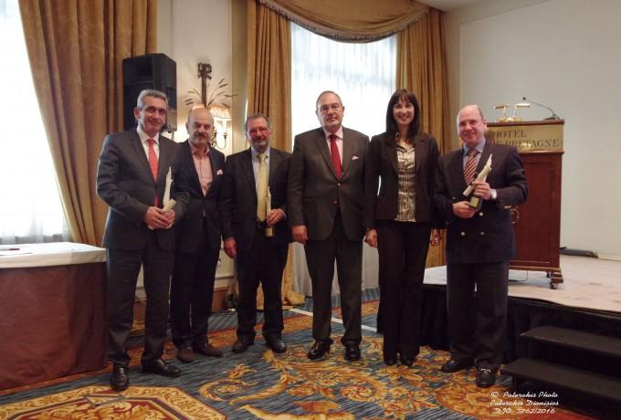 Αναμνηστική φωτογραφία των βραβευμένων