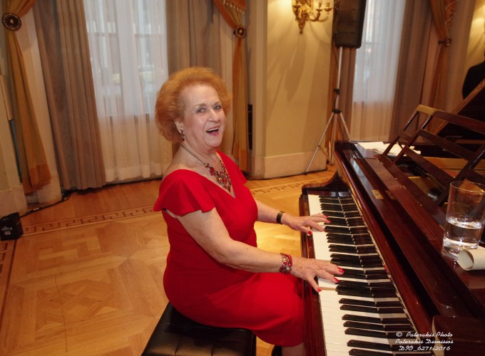 H κα Νταϊάνα Παναγιωτοπούλου, La Greca Travel, στο πιάνο