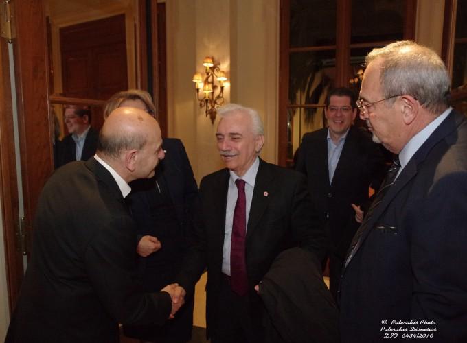 Ο κ. Λ. Τσιλίδης και ο κ. Στ. Σκρέτας υποδέχονται τον Dr. Αντώνη Αυγερινό, Πρόεδρο του Ελληνικού Ερυθρού Σταυρού