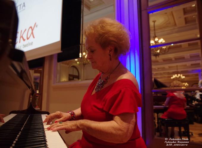 H κα Νταϊάνα Παναγιωτοπούλου, La Greca Travel στο πιάνο