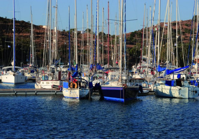 Sailing yachts in the pontoons